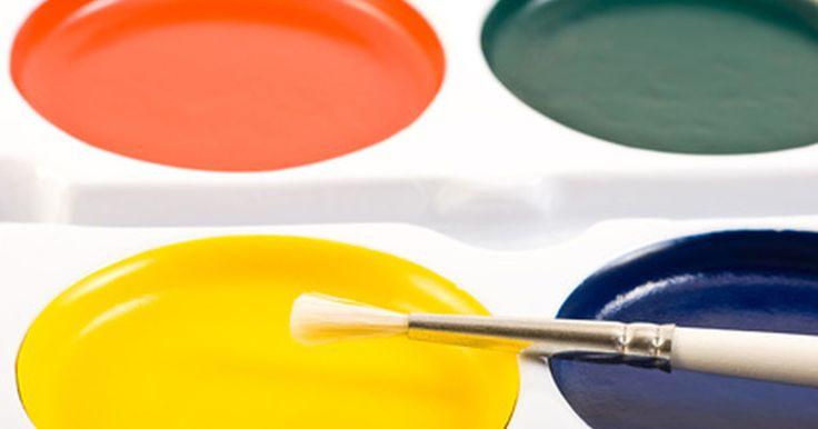 Como selecionar tintas não tóxicas para usar em brinquedos de madeira. Pintar brinquedos de madeira pode ser uma maneira divertida e excitante de personalizar um carro ou renovar brinquedos usados. Para a segurança da criança e do pintor, é importante que somente tintas não tóxicas sejam usadas.