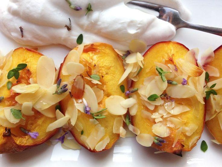 Heerlijke warme perziken uit de oven. Met lactosevrije slagroom een echt verwentoetje voor mensen die een lactosevrij dieet volgen.  | http://degezondekok.nl