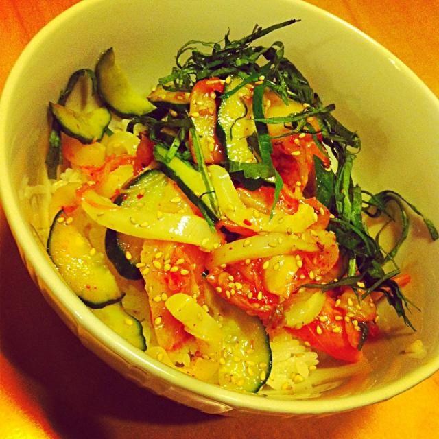 数種類のお刺身をごま油ベースのタレ、胡瓜、キムチ、炒り胡麻たっぷりのせて30分くらいマリネード。酢飯じゃなくても白いご飯で漬け丼、合います。食べるときに大葉ものせて。 - 42件のもぐもぐ - 韓国風刺身のマリネで漬け丼 by raycheal