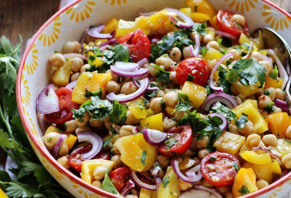 Farbenfroher Kichererbsen Salat Fur Den Thermomix Rezept Vegane Salate Kichererbsen Salat Kichererbsensalat