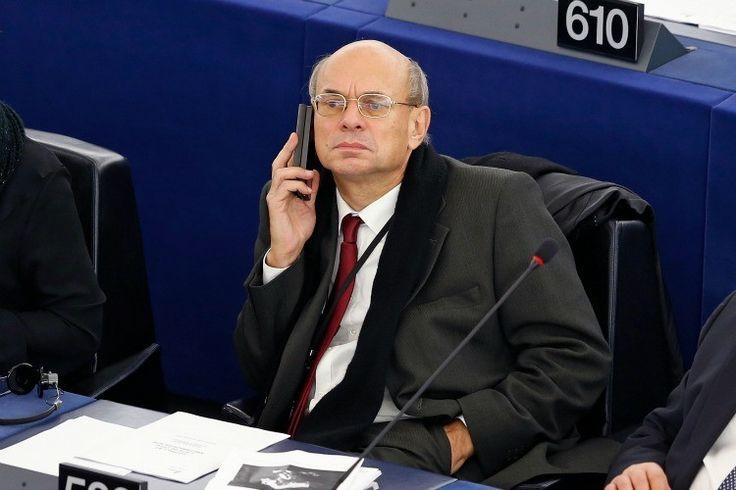"""""""Suite à une erreur,Jean-Luc Schaffhauser (…) aurait voté favorablement pour la peine de mort pour les homosexuels."""" C'est quand même ballot. Comme l'a repéré le Lab d'Europe 1, l'eurodéputé Jean-Luc Schaffhauser, membre du Rassemblement bleu Marine, coalition fondée en 2012 par le Front national, aurait commis une erreur lors d'unvote au sein du Parlement européen. …"""