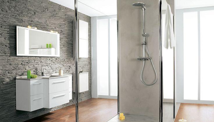 Découvrez tout ce qu'il faut savoir sur la douche à l'italienne : avantages, choix du receveur et de l'évacuation, revêtements sol et murs mais aussi types de parois, pleines ou vitrées.