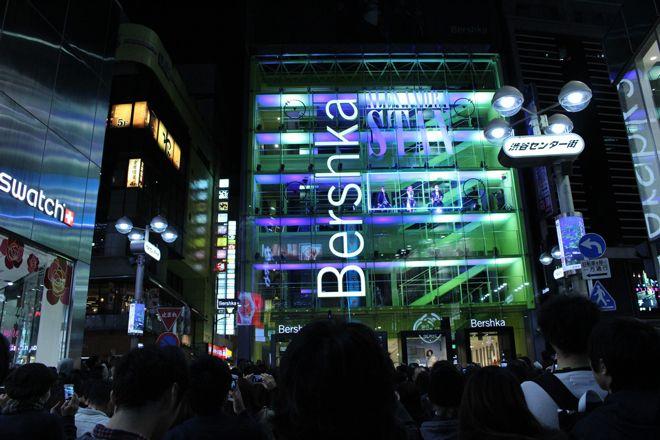 3月18日(金)、来日中のアレクサンドラ・スタンが東京・渋谷にあるBershka渋谷店のガラス張りの店内か...