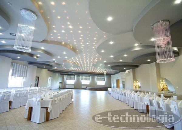 Lampy weselne mają bardzo ważne znaczenie dekoracyjne dla aranżacji i wystroju lokali weselnych. Lampa powinna swoim kształem ozdabiać salę weselną i podświetlać ją akcentując jej zalety. Żyrandole światłowodowe idealnie wpasowują się w weselny klimat. Kryształy wzbogacają uczucie elegancji, a sam żyrandol jest głównym elementem dekoracyjnym, wywołującym pozytywne wrażenia i tworzącym modny, nowoczesny design. W prezentowanych zdjęciach z realizacji firmy e-technologia, wykorzystano…