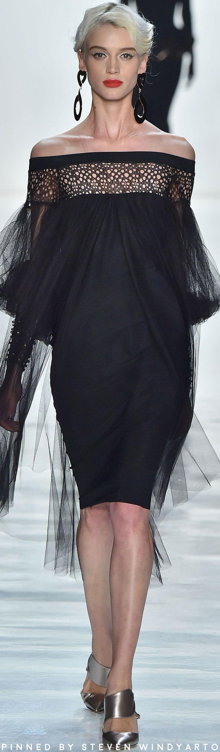 Chiara Boni Fall 2017 Ready-to-Wear