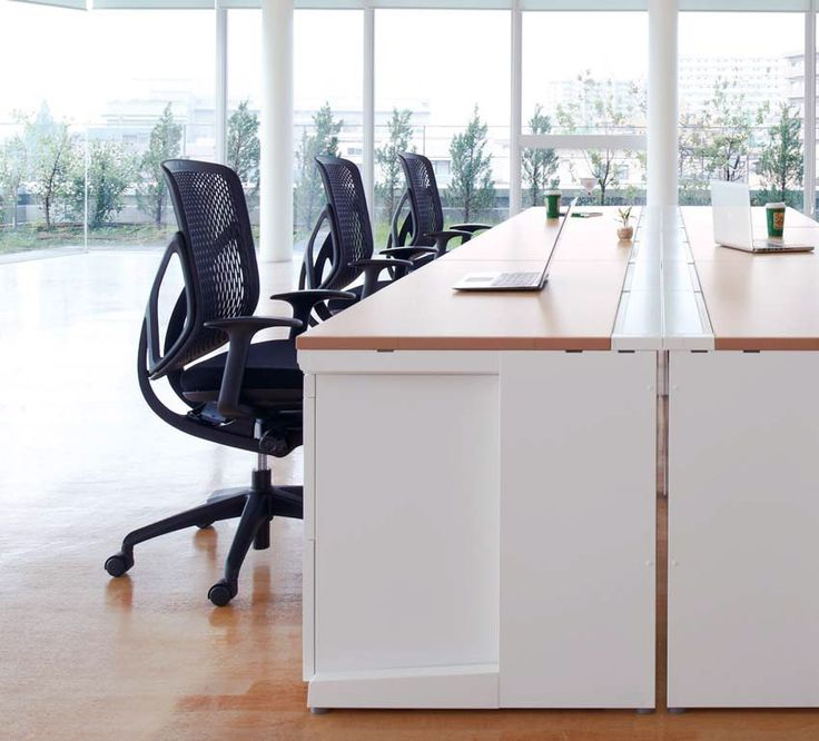 稲葉のオフィスデスク「DuENA」とオフィスへの設置シーン