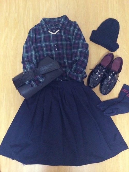 秋服♪で女子会コーデ( ^ω^ ) チェックシャツ✖️ ネイビーミディ丈スカート ✖️靴下はスポーティに  ニット帽とクラッチバッグは黒で  とりあえず、 流行りをまとめたコーデ