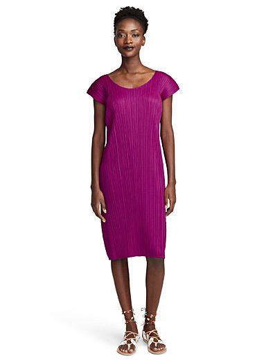 En créant le concept Pleats Please il y a vingt-cinq ans, Miyake avait en tête de créer des vêtements intemporels, pratiques et légers, dans lesquels les femmes pouvaient bouger. Cette robe simplissime, à la signature hautement reconnaissable, saura vous subjuguer. - Luxueux tissage de polyester à plis permanents, non doublée - S'enfile simplement - Faite au Japon Le mannequin porte la taille 2 Longueur: 99cm, du haut de l'épaule
