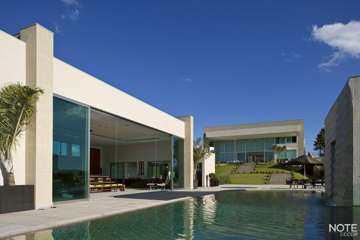 Residência marcada por linhas retas e contemporâneas que proporcionam integração das áreas internas e externas. Residência Aldeias do Lago, Nova Lima - BH Projeto: Myrna Porcaro
