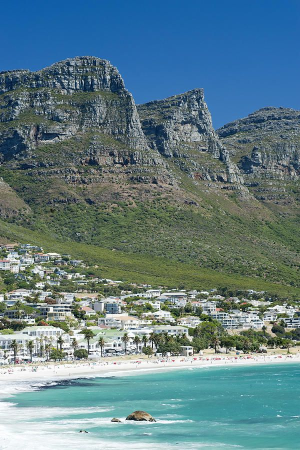 Camps Bay Beach n de Twelve Apostles Mountain range on Cape Town's Atlantic Seaboard in South Africa