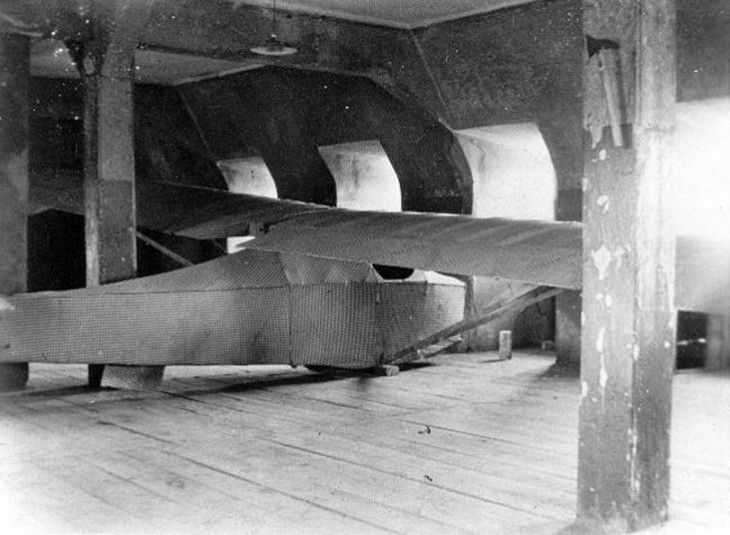 Única fotografía tomada del Colditz Cock (1945), avión fabricado con cobijas y tarimas para excapar de una prisión
