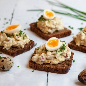 Rågbröd med gubbröra och vaktelägg - Rye bread with egg-anchovy salad and quail