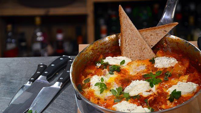 liMaak de paprika's schoon en snijd ze in stukken van 2 cm. Verhit een scheut olijfolie in een flinke braadpan of koekenpan en fruit de ui en knoflook een...