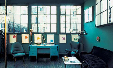 【ELLE DECOR】青い家具が引き立てる、窓際の小さなギャラリー|エル・オンライン