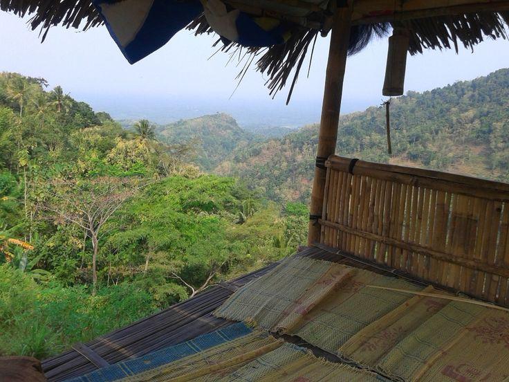 Di perjalanan menuju Goa Kiskendo, Girimulyo, Kulonprogo, beberapa gardu pandang di atas bukit akan terlihat. Gardu terbuka yang melambangkan keramahan masyarakat Menoreh