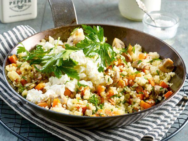 Unser beliebtes Rezept für Gebratenes Gemüse mit Couscous, Schafskäse und Joghurt und mehr als 55.000 weitere kostenlose Rezepte auf LECKER.de.