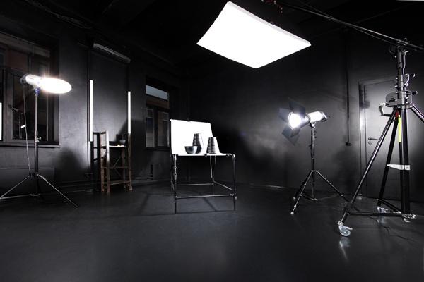 500р/час, Малая Ордынка.  В студии: предметный стол, бумажные фоны, диван, стол, колонки для вывода звука с ноутбука или ipod. Интерком позволит оперативно связаться с администратором.  - 4 моноблока Hensel EXPERT Pro 500;  - журавль (заказывайте при бронировании студии);    - софт-боксы, зонты;  - большой предметный стол;  - набор рефлекторов, соты, фильтры, шторки, тубусы.  - отражатели.