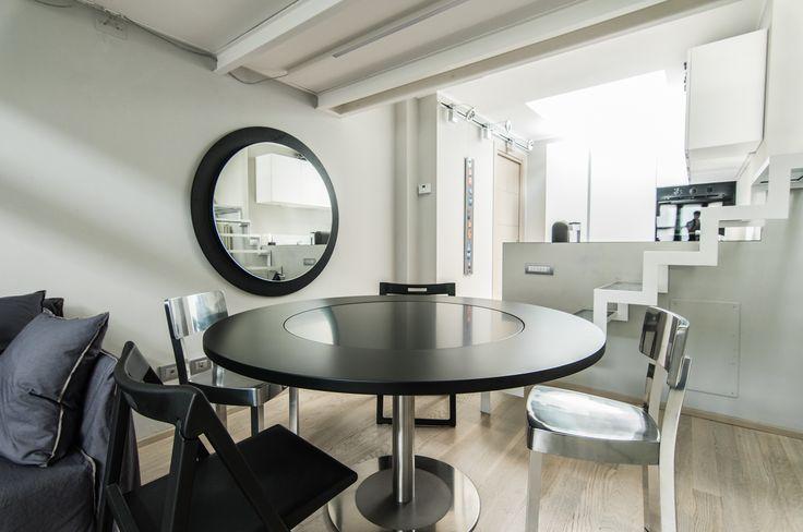 Sedie Inout Alluminio e divano Ghost #Gervasoni  Sedie pieghevoli Enjoy #Pedrali Tavolo 4to8 con prolunga su supporto a parete a specchio #Desalto
