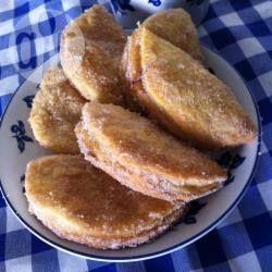 Süße Empanadas mit Marmelade - Am besten extra viele Empanadas machen, denn sie sind sofort weg. Man kann den Teig ungebacken einfrieren oder auch die fertig gebackenen Empanadas.@ de.allrecipes.com