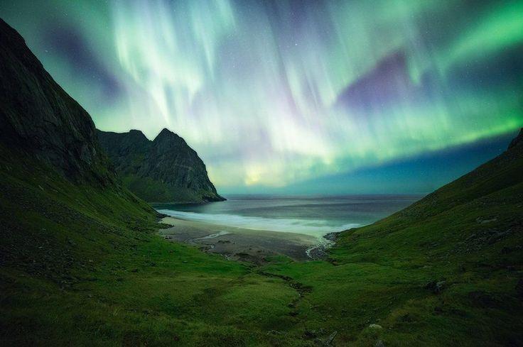 Επειτα από μια μακρά πεζοπορία από την καμπίνα του μέχρι τα νησιά Λοφότεν της Νορβηγίας, ο φωτογράφος Νίκολας Αλεξάντερ Οτο έφτασε στην πλαγιά κοντά στην παραλία γύρω στα μεσάνυχτα. Το θέαμα από τα φώτα στο Βόρειο Σέλας έμοιαζε βγαλμένο από άλλο κόσμο