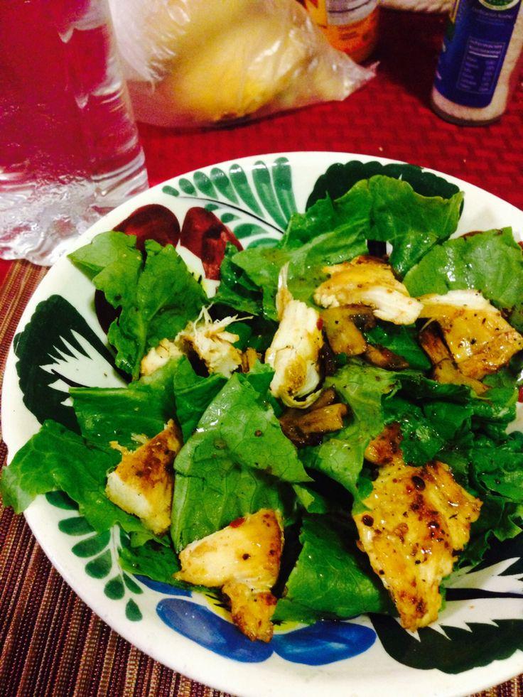Diet day 3 !  Cena : ensalada verde con pechuga de pollo y champiñones asados ✌️