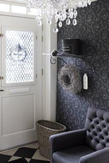 Superfin tapet! Bryter av fint mot vita snickerier och svart/vitt marmor- golv, matchande  fåtölj och kristallkrona som pricken över i-et.