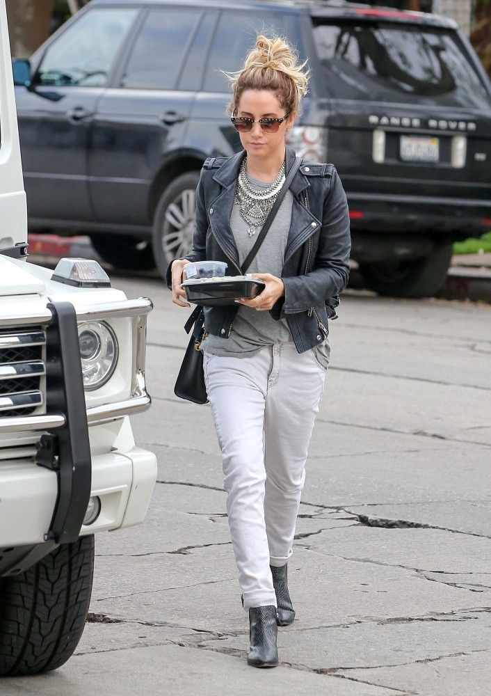 December 19: Ashley Tisdale takes her lunch to go on Melrose Place