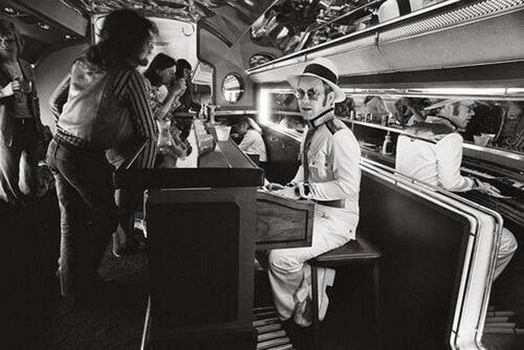 Ο Έλτον Τζον παίζει πιάνο στο ιδιωτικό του αεροπλάνο – 1976