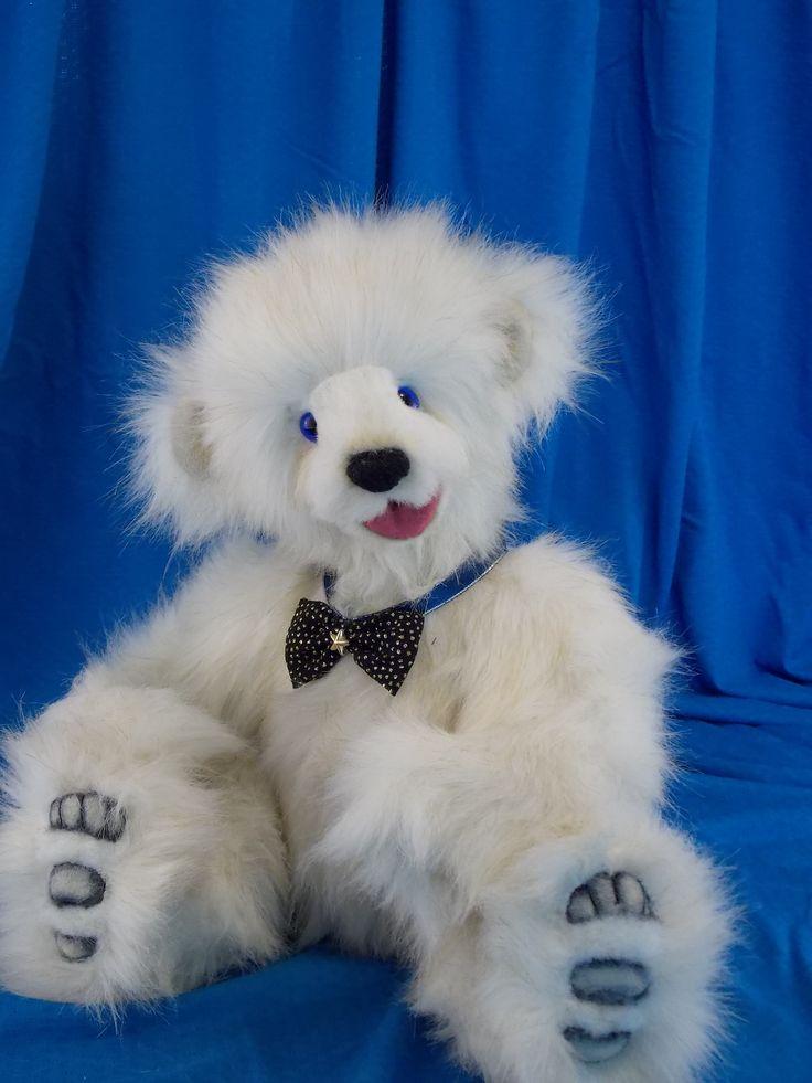 Let me present you Nougat. Nougat is a very happy teddy bear always smiling and ready to play with his buddies. J'ai le plaisir de vous présenter Nougat. Nougat est un gentil ourson toujours de bonne humeur et prêt à jouer avec ses copains.  www.facebook.com/oursonsetgroscalins #ourson#teddy#fashion#logpile#cream#ooak