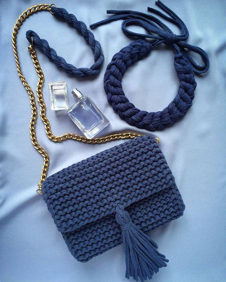 Bolso  tejido a trapillo pequeño azul marino con cadena y boton magnetico con lindos accesorios.  by @katerinka_kasyanova #handmade #diy #cosy #knit #knitting #trapillo #tshirtyarn #crochet #stitch #knittersofinstagram #yarn #crocheting #instacrochet #tejer #ganchillo #yarnaddict #handcraft #knitwear #shopsmall #crochetersofinstagram #Labrigo
