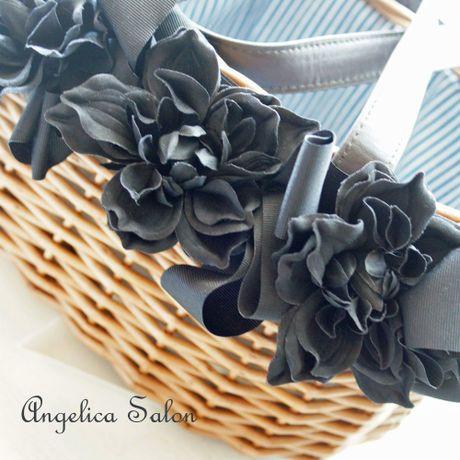 お花、リボンで贅沢に飾ったカゴバッグ