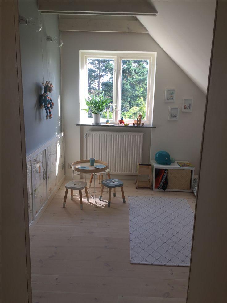 Isaks rum. Kid's room, Auro väggfärg Turkos Patricia, DIY Ikea children stools, Aquarelle drawing by me (Linda Kärrstedt), Crochet giraffes by my mum
