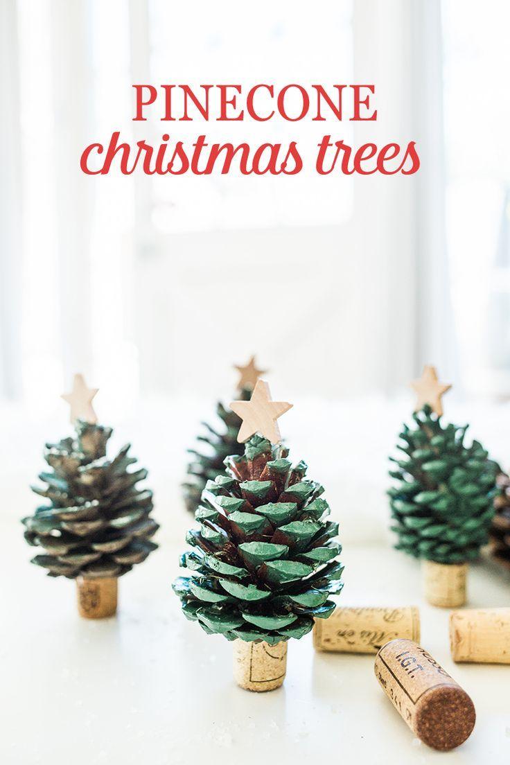 DIY Denneappel kerstbomen met kurken voet // via Babble