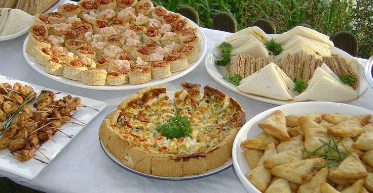Canapes y sandwiches variados, servicio de catering para picar frio