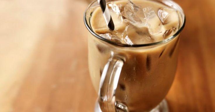 Usando Ovomaltine, aprenda como fazer uma receita de café gelado com chocolate, essa bebida é ideal para se refrescar no verão. O preparo é fácil e demora apenas 10 minutos para ficar pronto. Leia também Como fazer chá gelado 6 receitas de milk-shake Receita d