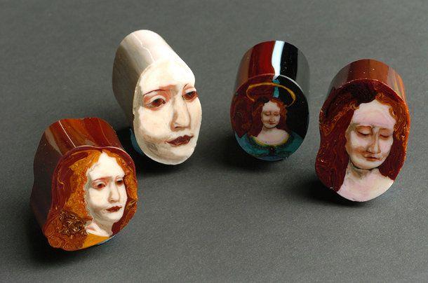 Schilderij van glas. Glaskunstenaar Loren Stump is gespecialiseerd in een bijzonder oude vorm van glaswerk, murrine, hierbij worden verschillende glasplaten aan elkaar gesmolten en vervolgens gesneden. Op deze manier kun je ingewikkelde patronen en vormen maken.
