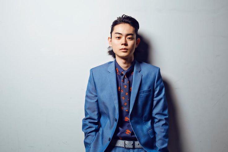 2013年の映画『共喰い』で日本アカデミー賞新人俳優賞を受賞以来、若手実力派俳優として頭角を現している菅田将暉。そんな彼の最新主演映画『明烏 あけがらす』がまもなく公開される。