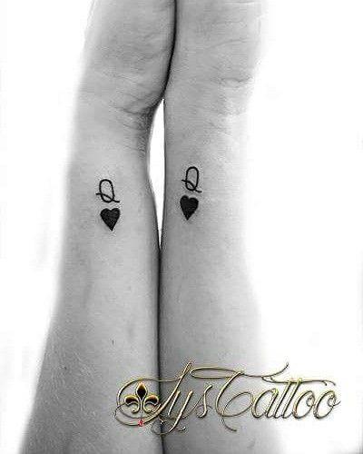 Tatouage avant bras poignet femme lettre Q majuscule et petit cœur plein, 2 tatou identique par Lys Tattoo à Gradignan proche de Bordeaux et Bassin d'Arcachon en Gironde