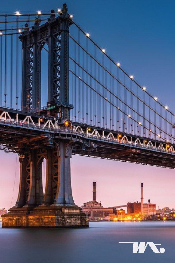 Masing-masing kota disetiap negara pasti mempunyai ikon tersendiri. Seperti di New York, Amerika Serikat, terdapat jembatan tua yang membentang sepanjang 1825m yang diberi nama Brooklyn Bridge. Jembatan gantung ini berada di atas sungai East River, New York. Tempat ini wajib  Anda kunjungi dan nikmatilah suasana santai dengan pemandangan kota dan sekitaran sungai. Semakin cantik ketika malam tiba dan gemerlap lampu pun menghiasi di sepanjang Brooklyn Bridge.