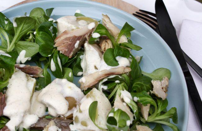 Met dit recept met je een warme aardappel salade met gerookte makreel, crème fraîche, mierikswortel en veldsla. Supersimpel, maar erg lekker.