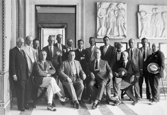 """Luglio 1931, Archivio ABAC - fotografia di gruppo nella """"Sala della Vittoria"""". Si riconoscono da sinistra: Arturo Dazzi, Adolfo Angeli, Guido Letta, Augusto Pollina, Scipione Biggi. Al centro in seconda fila: Carlo krattly, Enrico Remedi, Giulio Marchetti, Andrea Beneo."""