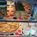 Un frigo rigolo et plus facile à nettoyer (surtout quand on a des enfants !) = toile cirée sur étagères