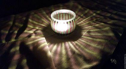 Купить или заказать Подсвечники двухцветные в интернет-магазине на Ярмарке Мастеров. Серия полосатых подсвечников, роспись. Фиолетовый основной цвет в сочетании с апельсиновым, сочно-зеленым, нежно-голубым, бирюзовым, и солнечным оттенком цвета. Горлышко подсвечника имеет эффект матового стекла, отливает прозрачным/синим/изумрудным оттенком в зависимости от цвета подсвечника. Оранжевые и желтые подсвечники украшены серебристыми сердечками, зеленые - елочками, а синие и бирюзовые - с...
