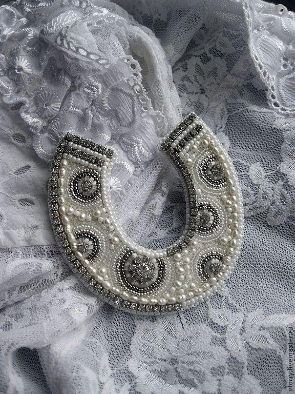 Купить Крупная брошь-подкова - белый, серебряный, серебро, подкова на счастье, подкова, брошь, украшения