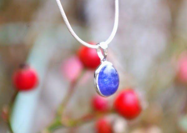 タンザナイトらしい青紫が美しいオーバール型のペンダント カボションならではの風合いが魅力 タンザナイトは12月…