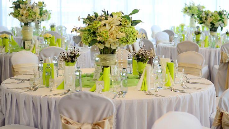 svadba v žiarivej zelenej, banketové stolovanie