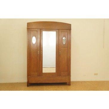 Eiken linnenkast met 2 paneeldeuren en spiegeldeur, ca. 1920, h. . 222, br. 152, d. 60 cm. (fineer waterschade)