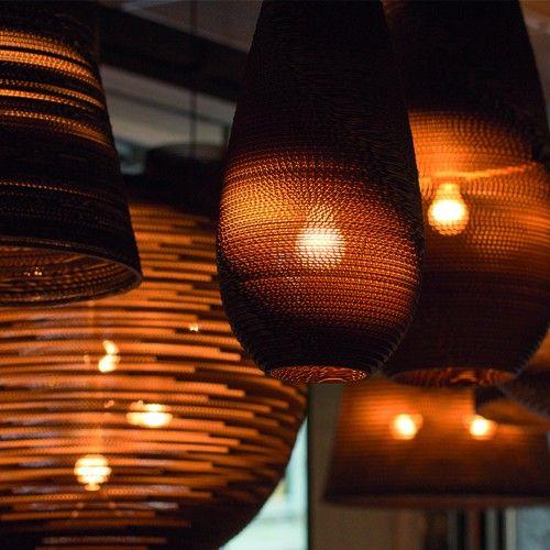 De Drop Hanglamp is gemaakt van gerecycled karton, afgewerkt met een brandwerende coating. Het meegeleverde snoer is 200 cm lang en deze hanglamp is te combineren met een dimmer, werkt met een E27 lamp, max 60W. Afmetingen: ∅ 25 cm x h 45 cm.