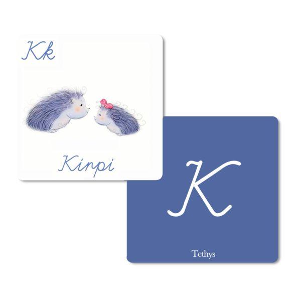 Her kartın bir yüzünde büyük el yazısı harfle ilgili harf, diğer tarafında ise o harfle başlayan bir nesne bulunuyor