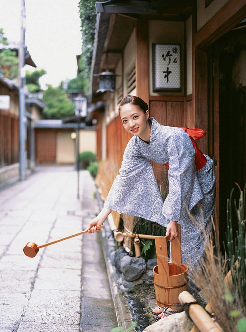 Clean the front of your house in preparation for your guests.. 浴衣美人 yukata beauty
